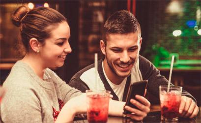 chico y chica conociendose en un bar